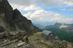 Il rifugio della montagna si è appollaiato sulla sporgenza Immagini Stock