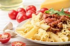 Il rigatone italiano del penne di bolognese della pasta ha tritato la carne in salsa al pomodoro e parmigiano  immagine stock