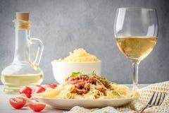 Il rigatone italiano del penne di bolognese della pasta ha tritato la carne in salsa al pomodoro e parmigiano  fotografia stock