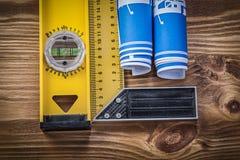 Il righello blu del quadrato del livello della costruzione dei disegni di ingegneria sopra corteggia Fotografie Stock Libere da Diritti