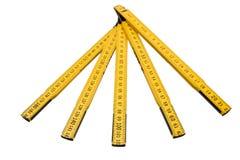 Il righello di piegatura isolato, la regola gialla del ` s del carpentiere con i centimetri numera Fotografie Stock Libere da Diritti
