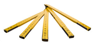 Il righello di piegatura isolato, la regola gialla del ` s del carpentiere con i centimetri numera Fotografia Stock Libera da Diritti