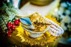 Il rilancio dell'acqua per nozze tradizionali tailandesi Immagini Stock Libere da Diritti