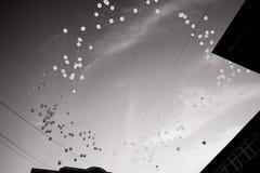 Il rilascio dei palloni bianchi nel cielo Azione in memoria delle vittime dell'incidente liberisi Rebecca 36 fotografia stock libera da diritti