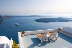 Il rilassamento benches la messa a punto sul tetto di una costruzione in Santorini, Grecia Immagini Stock