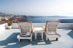 Il rilassamento benches sulla cima del tetto di una costruzione in Santorini Immagini Stock