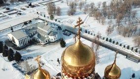Il rilevamento aereo, mosca fino alla cattedrale vicino ad un oro ha coperto con una cupola la chiesa nell'inverno stock footage