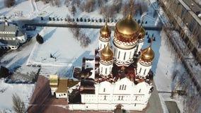 Il rilevamento aereo, sorvolante la cattedrale vicino ad un oro ha coperto con una cupola la chiesa nell'inverno archivi video