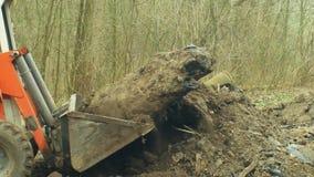 Il rimedio del suolo di inquinamento di contaminazione, un piccolo budozer prende dettagliatamente il prodotto chimico tossico de video d archivio