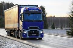 Il rimorchio blu dei semi di Renault Trucks T consegna nell'inverno Fotografie Stock Libere da Diritti