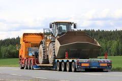 Il rimorchio dei semi trasporta grande Cat Wheel Loader Immagini Stock Libere da Diritti