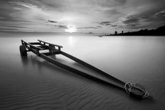 Il rimorchio della barca a Kon Ao Beach in bianco e nero, Rayong, Tha Fotografia Stock Libera da Diritti