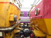 Il rimorchio delle locomotive è doppia intestazione Fotografia Stock