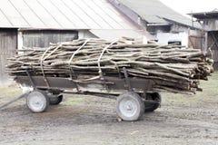 Il rimorchio in pieno ha tagliato il carretto a pezzi antiquato degli agricoltori della legna da ardere a Poland& x27; vita rural Fotografia Stock Libera da Diritti