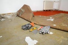 Il rinnovamento domestico, vecchio tappeto rimuove immagini stock
