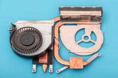 Il riparatore lavora nel supporto tecnico, ? impegnato nel ripristino e nella pulizia del computer portatile fotografia stock libera da diritti