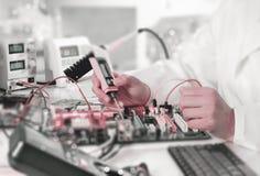 Il riparatore ripara l'attrezzatura elettronica Fotografia Stock Libera da Diritti