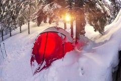 Il riparo e la tenda nell'inverno alla montagna schioccano Ivan Fotografia Stock Libera da Diritti