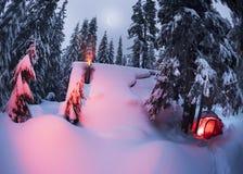 Il riparo e la tenda nell'inverno alla montagna schioccano Ivan Fotografie Stock