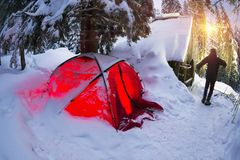 Il riparo e la tenda nell'inverno alla montagna schioccano Ivan Immagine Stock Libera da Diritti