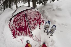 Il riparo e la tenda nell'inverno alla montagna schioccano Ivan Fotografie Stock Libere da Diritti