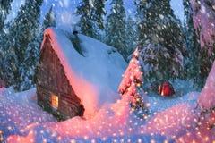 Il riparo e la tenda nell'inverno alla montagna schioccano Ivan Immagini Stock