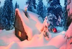 Il riparo e la tenda nell'inverno alla montagna schioccano Ivan Fotografia Stock
