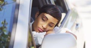 Il riposo della donna di colore dirige fuori la finestra di automobile Fotografie Stock