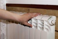 Il riscaldamento delle coppie consegna il radiatore Fotografie Stock Libere da Diritti