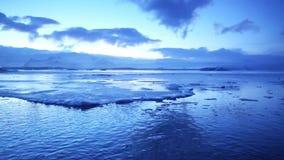Il riscaldamento globale colpisce il lago del ghiacciaio di Jokulsarlon in Islanda Tramonto durante la stagione invernale archivi video