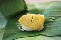 Il riso appiccicoso con crema cotta a vapore, avvolta in banana va, tailandese immagini stock