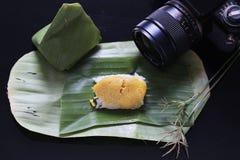 Il riso appiccicoso con crema cotta a vapore, avvolta in banana va, tailandese immagine stock