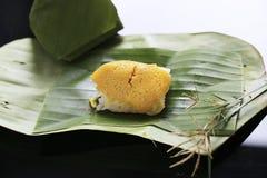 Il riso appiccicoso con crema cotta a vapore, avvolta in banana va, tailandese fotografia stock