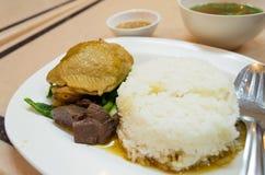 Il riso cotto a vapore tailandese del pollo ha fissato l'inclusione la salsa e della minestra. Immagini Stock Libere da Diritti