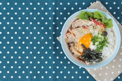 Il riso del gelsomino ha completato le uova di punto di ebollizione molli ed ha fritto la carne di maiale Abbia spazio del testo  immagini stock libere da diritti