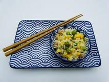 Il riso di cantonese è servito in una tazza su fondo bianco immagine stock