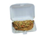 Il riso e l'uovo fanno colazione prima delle ore di lavoro in conta dell'alimento della schiuma di stirolo Immagine Stock