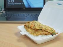 Il riso e l'uovo fanno colazione prima delle ore di lavoro in conta dell'alimento della schiuma di stirolo Fotografie Stock