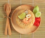 Il riso fritto con gamberetto ed il calamaro è servito su un piatto Fotografie Stock Libere da Diritti