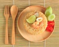 Il riso fritto con gamberetto ed il calamaro è servito su un piatto Immagini Stock Libere da Diritti