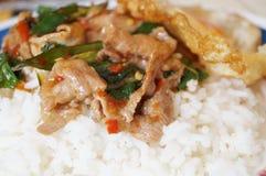 Il riso ha completato con carne di maiale in padella e l'uovo fritto Fotografia Stock