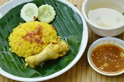 Il riso ha cucinato con il pollo in curry sulla tazza della minestra e del piatto Immagini Stock