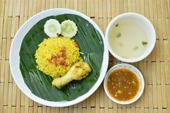 Il riso ha cucinato con il pollo in curry sulla tazza della minestra e del piatto Fotografie Stock Libere da Diritti