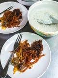 Il riso si è inzuppato in acqua ghiacciata con il piatto laterale, il manzo zuccherato, palla di kapi fotografia stock