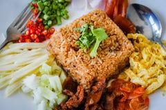Il riso si è mescolato con l'inserimento del gambero fotografie stock libere da diritti