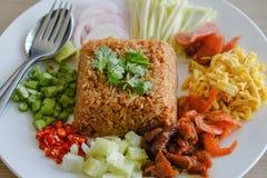 Il riso si è mescolato con l'inserimento del gambero fotografia stock