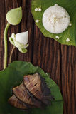 Il riso tailandese dell'alimento ed il pesce salato secco della donzella hanno fritto con la decorazione del gelsomino del loto d Fotografia Stock