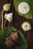 Il riso tailandese dell'alimento ed il pesce salato secco della donzella hanno fritto con la decorazione del gelsomino del loto d Fotografie Stock