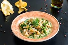 Il risotto delizioso con il galletto si espande rapidamente sopra fondo nero rustico Fotografie Stock Libere da Diritti