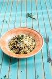 Il risotto delizioso con il porcini si espande rapidamente sopra il fondo di legno del turchese Fotografia Stock Libera da Diritti